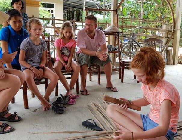 Familie-prover-lokalt-haandvaerk-i-Hoi-An