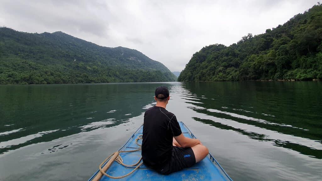 Ba Be Nationalpark - Kenneth som nyder bådturen