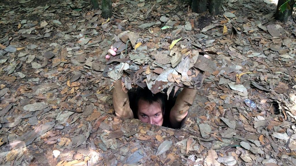 Cu Chi - Kenneth gemmer sig i et skjulested