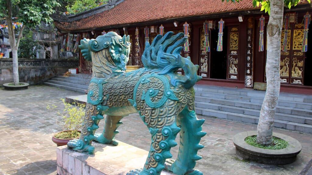 Duftens Pagode - En flot statue af en drage