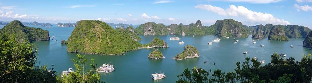 Halong Bay eller Halong Bugten på dansk er Vietnams mest besøgte attraktion.