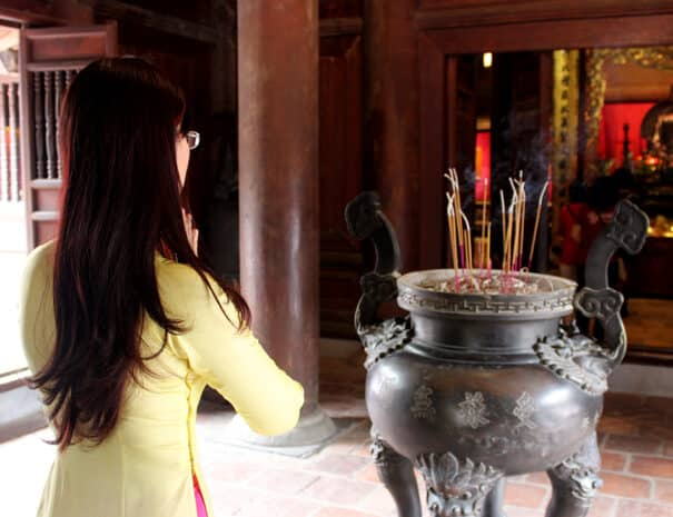 hanoi-city-tour-roegelsespinde-praying