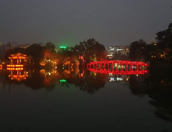 Hanoi´s kendre røde bro i Hoan Kiem søen.