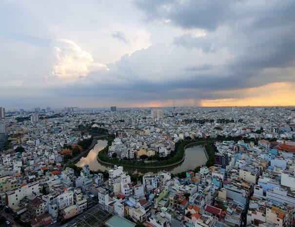 ho-chi-minh-city-regn-i-baggrunden