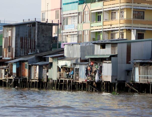mekong-delta-huse-halv-paa-vand-halv-paa-jord