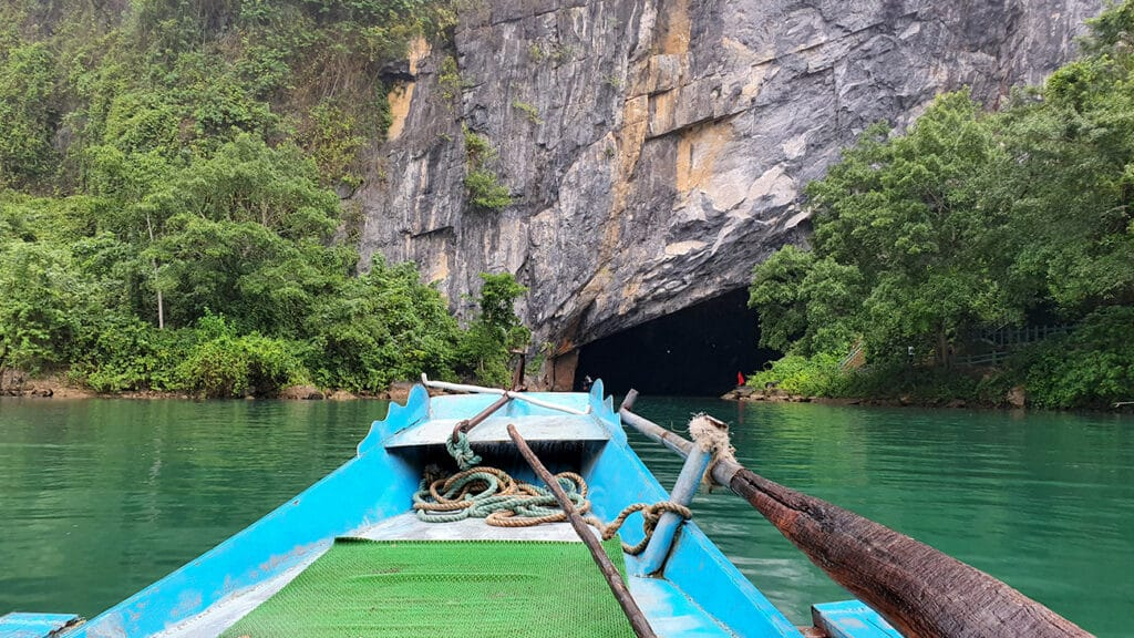Phong Nha Cave - På vej med båd ind i en grotte